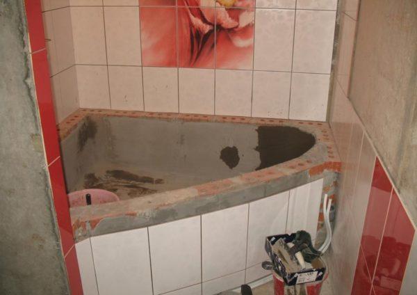 หันหน้าไปทางอ่างอาบน้ำแบบโฮมเมดที่มีคาเฟ่นอก