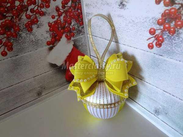 Блестящий новогодний шарик золотой на елку из лент ...