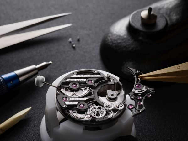 Watchmaker's assembly of the Romain Gauthier Insight Micro-Rotor Squelette