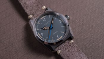 Mitch Mason Chronicle Field Grey - Case: Polished & brushed/ Rehaut: Brushed/ Dial: Matte without logo/ Dial colour: Grey/ Dial printing: Light Grey/ Hands: Polished/ Seconds hand: Blue/ Lume: Old radium Super-LumiNova®/ Strap: Suede Leather.