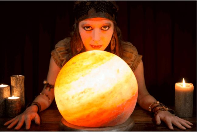 concurseira vestida de vidente com bola de cristal adivinhando o que cai na prova