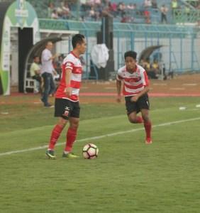 Slamet Nurcahyo (kiri) dan Bayu Gatra (kanan). Foto MO MUFC for Mata Madura.