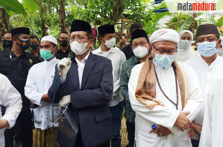 KH Ali Karrar Mimpin Tahlil dan Doa di Pemakaman Kakak Tertua Menkopolhukam