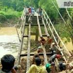 Lelah Nunggu Bantuan Pemerintah, Warga Daleman dan Pasarean Swadaya Perbaiki Jembatan Ambruk