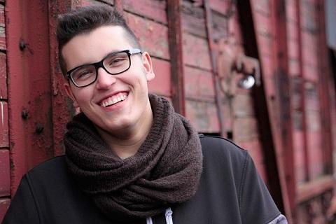笑顔が爽やかでちょうどよい距離感で撮影された男性の画像です。