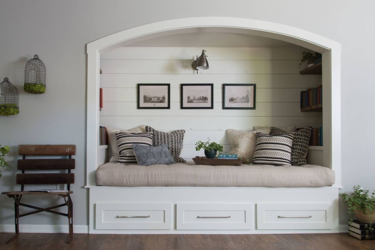 Built-in bench for your basement design ideas 06