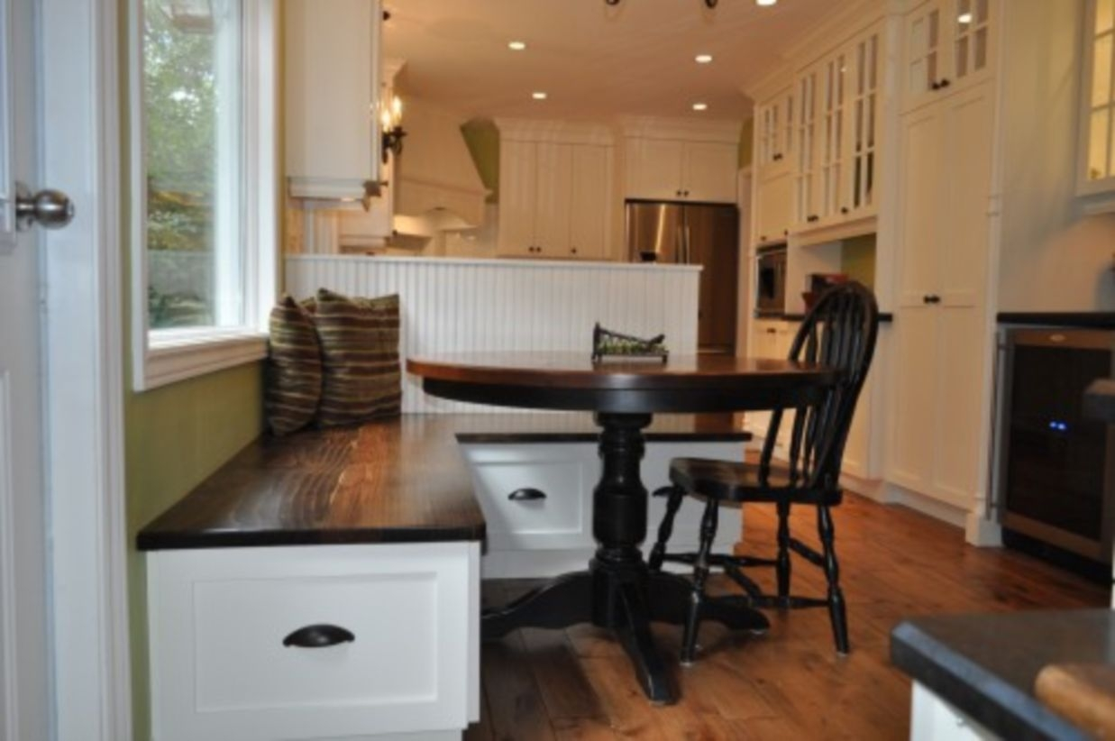 Built-in bench for your basement design ideas 26