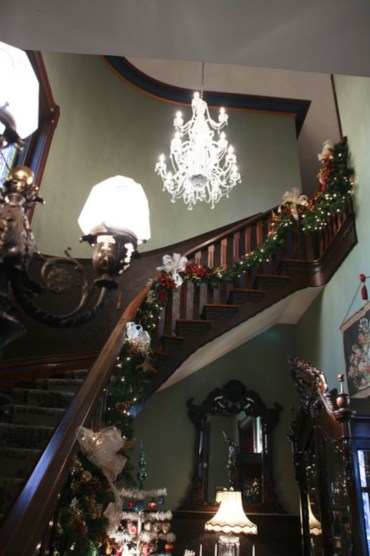 Ways to decorate with chandelier over the stairs 37