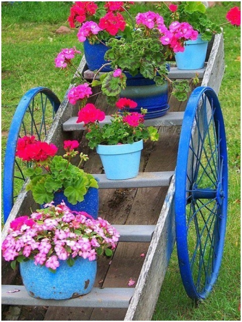 Garden-junk-ideas-flower-pots-old-ladder-wood-blue-paint-wheels