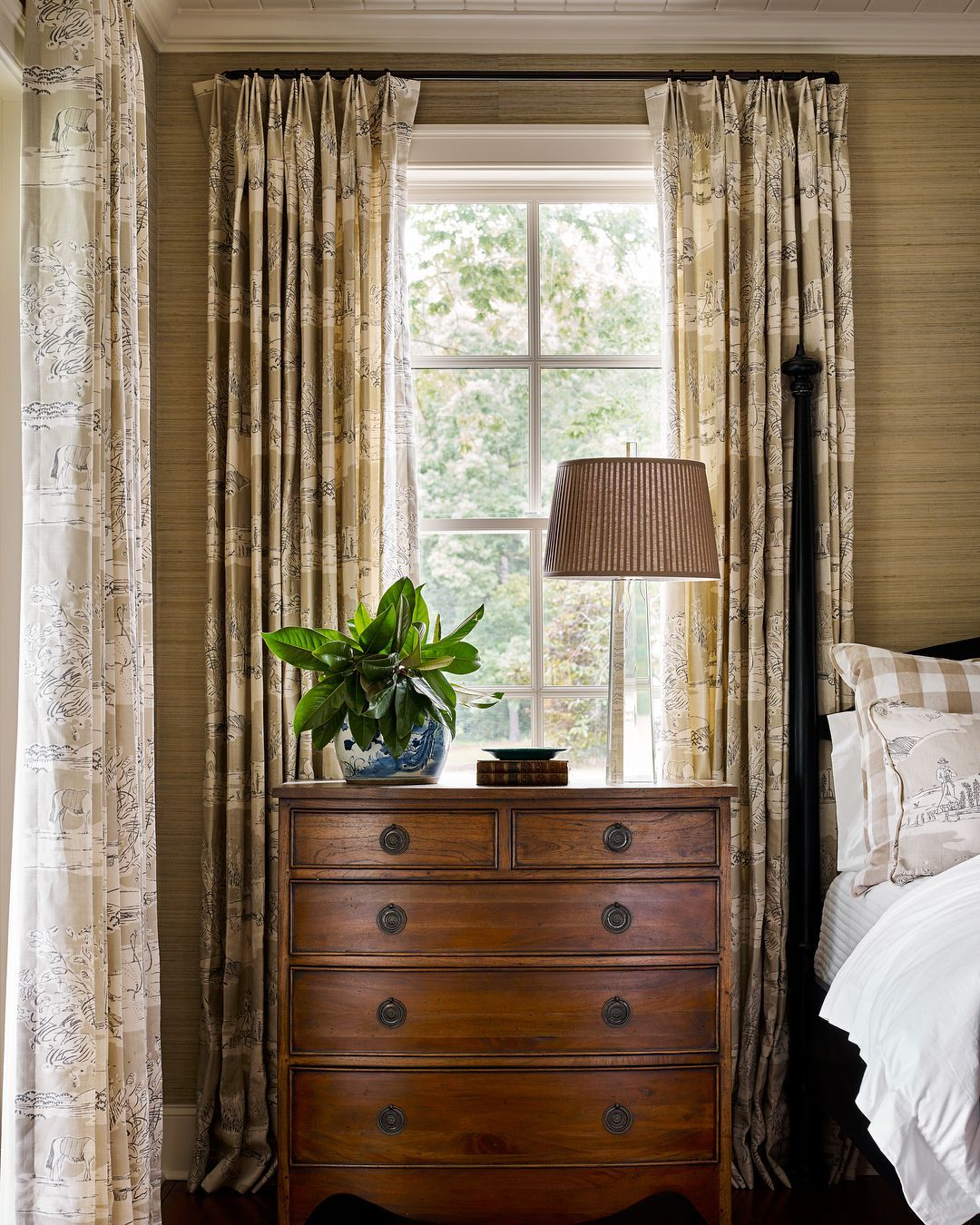 Classic and vintage farmhouse bedroom ideas 24