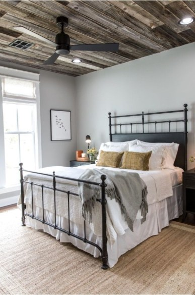 Classic and vintage farmhouse bedroom ideas 35