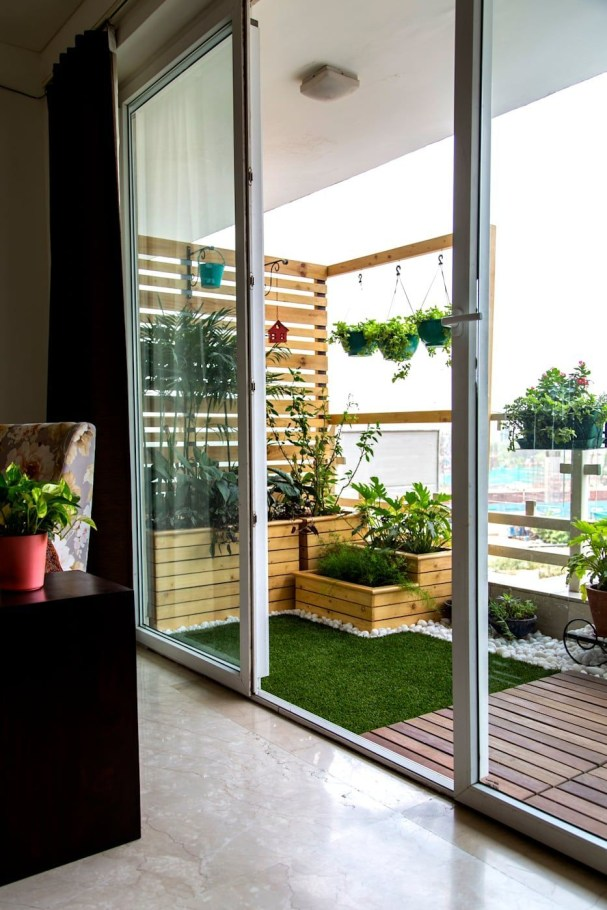 Creative small balcony design ideas for spring 25