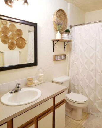 Rustic farmhouse bathroom ideas with shower 79