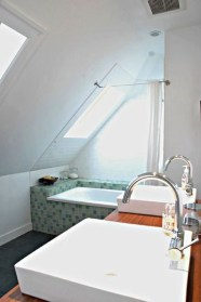 Unique attic bathroom design ideas for your private haven 32