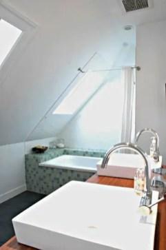 Unique attic bathroom design ideas for your private haven 32