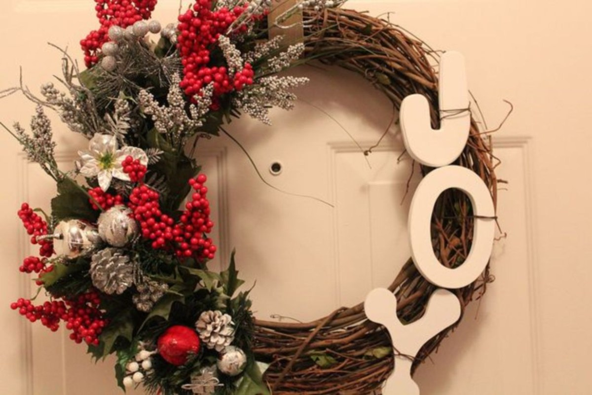 Beautiful decor ideas to hang on your door that aren't wreaths 02