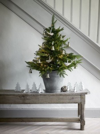 Minimalist-small-tree-in-a-bucket-ideas-for-christmas40