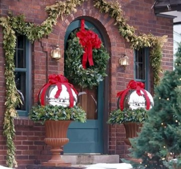 Easy christmas decor ideas for your door 22