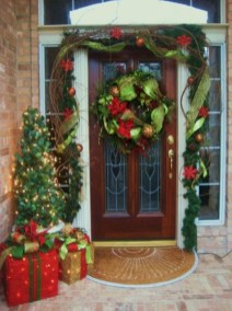 Easy christmas decor ideas for your door 26