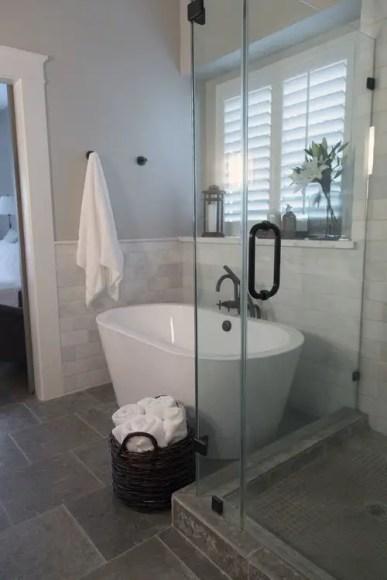 Cozy master bathroom decor ideas 18