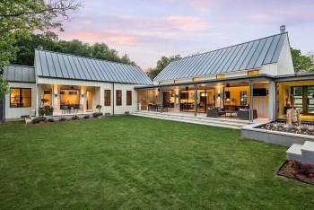 Modern farmhouse exterior design ideas 41