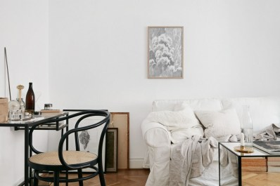 Design a living room in a small space that remains comfortablel 09