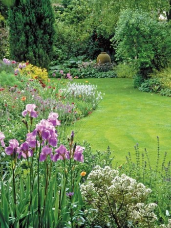 A small garden design that is still beautiful to see 21