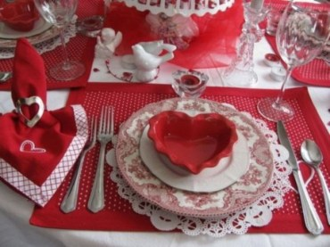 Dining table decor for dinner with a partner on valentine's day 21