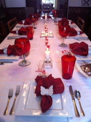 Dining table decor for dinner with a partner on valentine's day 25