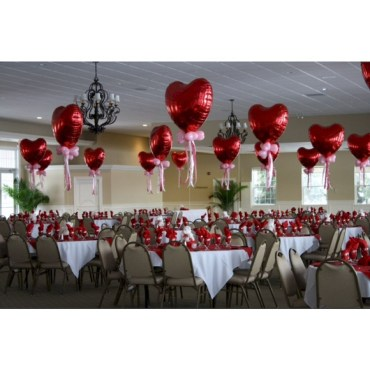 Dining table decor for dinner with a partner on valentine's day 44