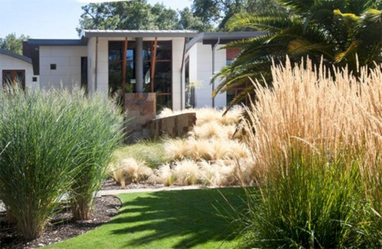 Garden exterior design ideas using grass that make your home more fresh 29