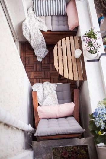 Beauty view design ideas for balcony apartment that make you cozy 38