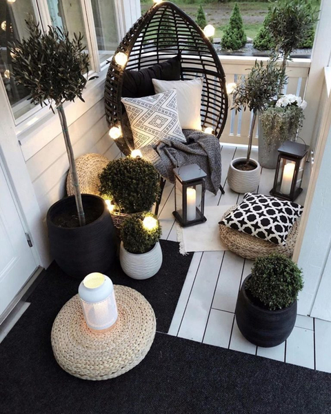 Candle lights and lamps to perfect your small porch