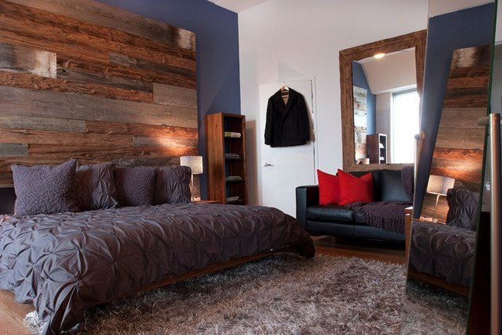 Dark bed combined with pallet headboard