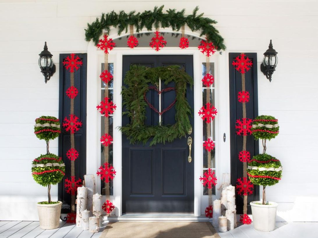 Interesting fall porch ideas with pine leaves bouquets, vines, plants in white pots, unique ornaments, lights on the walls and candles on wooden blocks