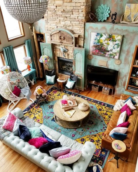 Patterned rug to perfect your colorful living room