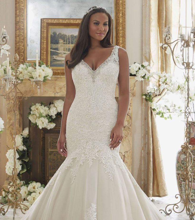 Fancy wedding decoration with simple a line wedding dress to look beauty