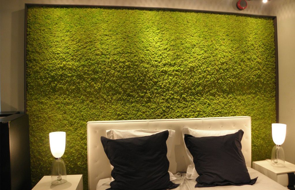 Mesmerizing modern bedroom decor with perfect lighting and moss wall in the wall to perfect in your bedroom decoration