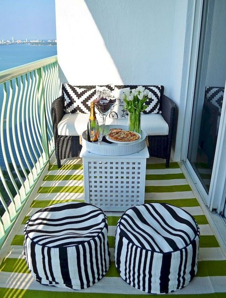 Striped carpet to perfect your small balcony