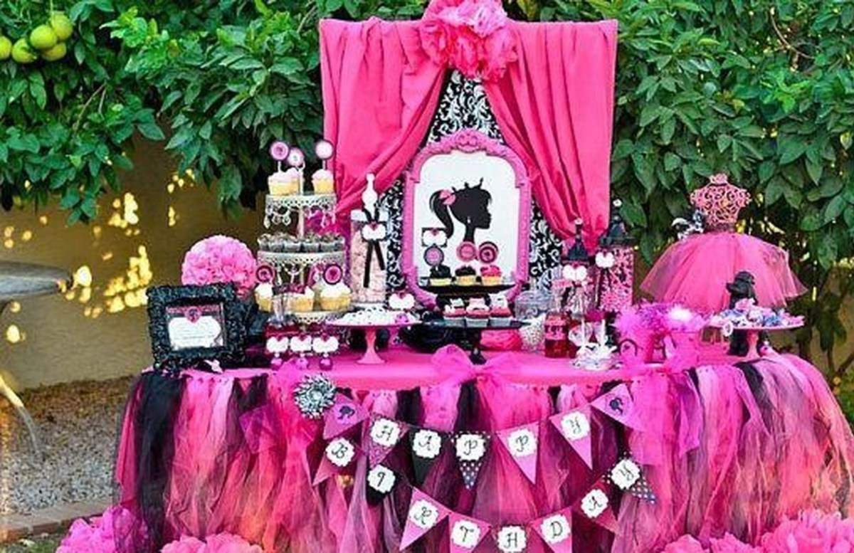 Table set birthday party decoration with theme barbie and all in pink to look beautiful