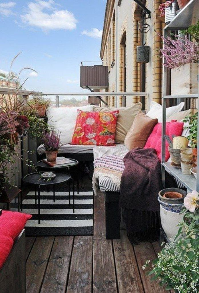 Wooden floor with striped carpet to perfect your balcony