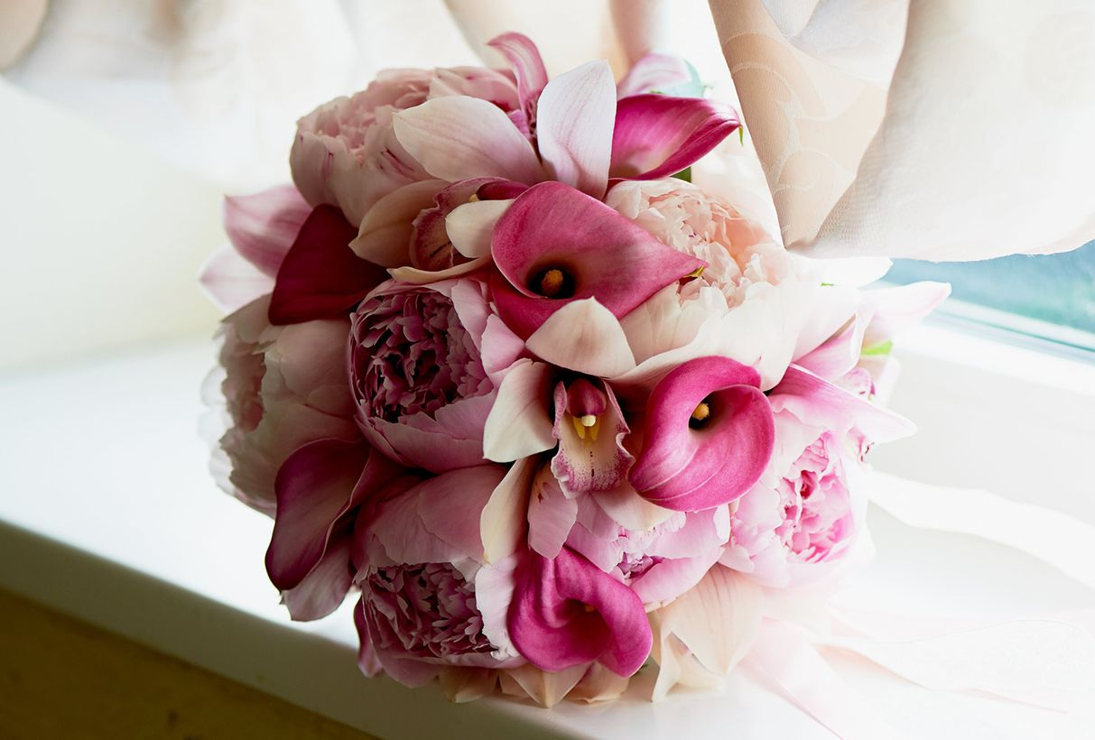 Cute wedding flower bouquet with calla lily also ranges to colors like yellow, orange and pink to celebrate fancy wedding