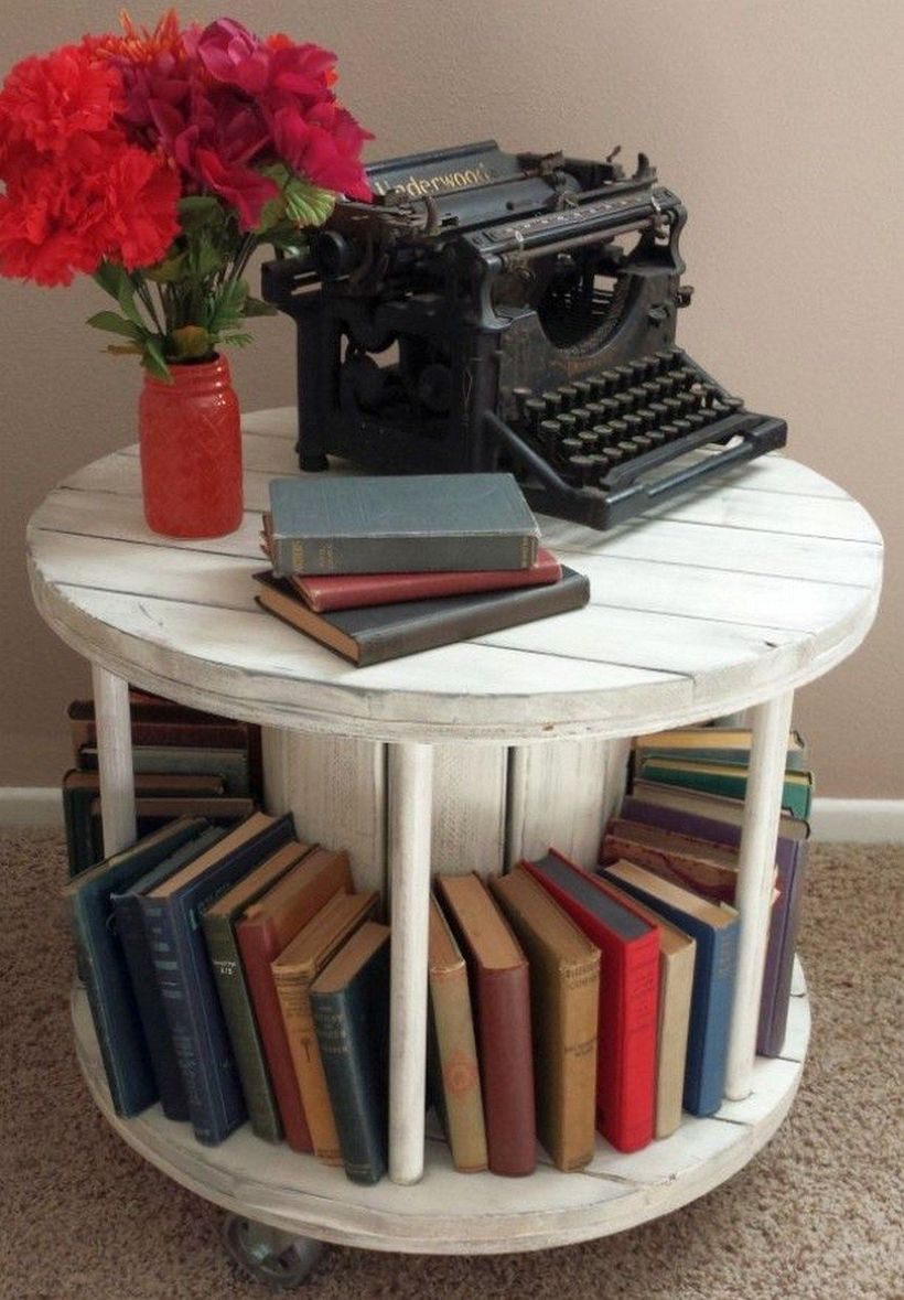 White round wooden pallet for book arrangement