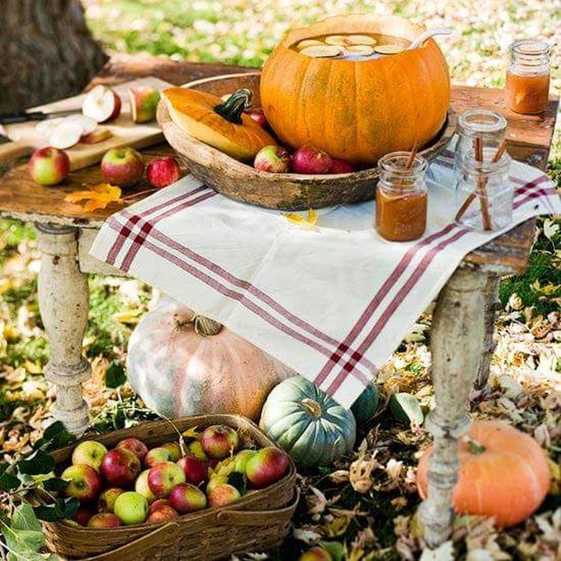 Large-pumpkin-bow-and-outdoor-tablescape.-