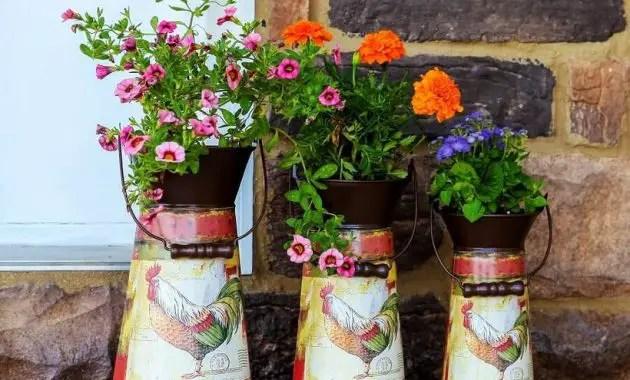 Pretty-vintage-garden-ideas-dengan-metal-pitcher-planter-oval-concrete-as-a-buffer