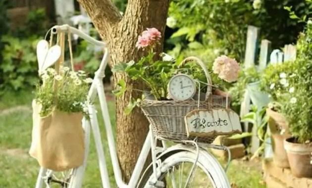 Vintage-Pflanzer-Garten-Dekor-mit-rattan-Korb-as-a-container-für-Blumen-auf-einen-schönen-Fahrrad