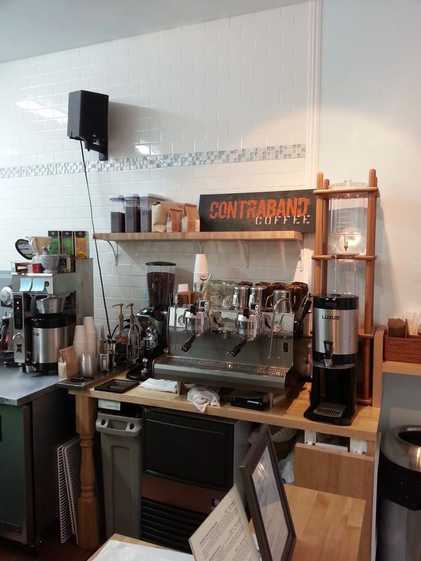 Wooden coffee bars combined with simple storage and good equipment make the decoration look perfect
