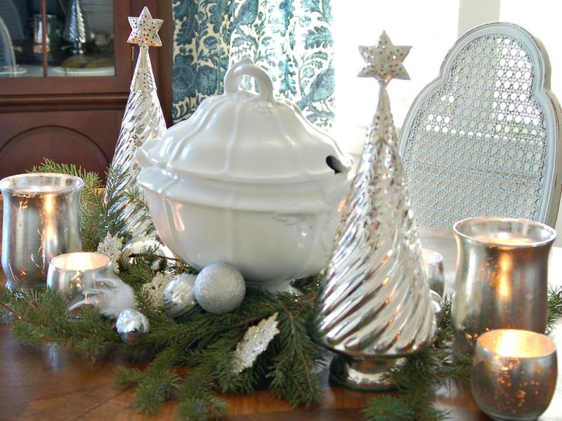 Classic-silver-and-white-centerpiece.