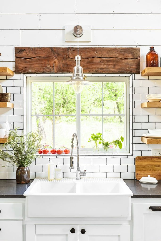 Farmhouse kitcehn design with farmhouse sink