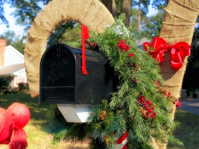 Mailbox-garland-for-winter-front-yard